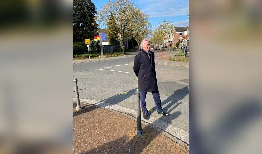 Commissaris van de Koning John Berends neemt de situatie in DinxperWick in ogenschouw. Foto: PR