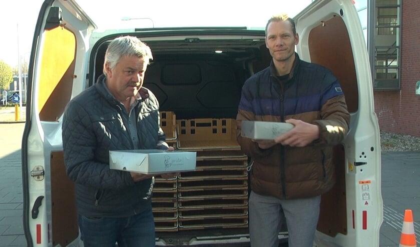 <p>Hans Assink (l) en Mark Stemerdink bezorgen de laatste van 900 tompoucen bij het SKB. Foto Lineke Voltman</p>