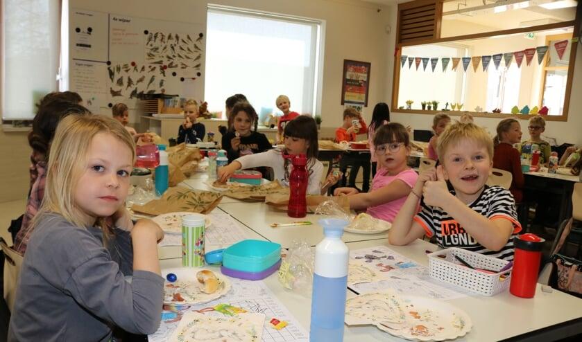 <p>De kinderen van groep 3/4 genieten samen van de paaslunch. Foto: Arjen Dieperink</p>