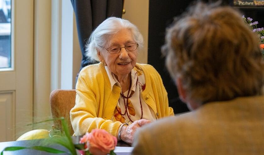 <p>Mevrouw Piek in gesprek met (op de rug gezien) burgemeester Anton Stapelkamp. Foto: Marcel te Brake</p>