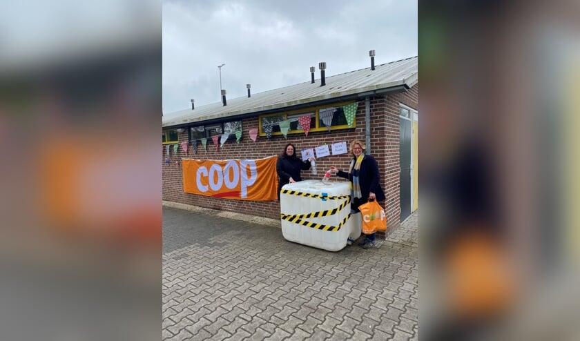 <p>Voorzitter van de Kantinecommissie Heleen Weerkamp en secretaris Ria Steging van VV Ruurlo doneren de eerste statiegeldflessen in een van de containers op sportpark &#39;t Rikkelder. Foto: PR </p>