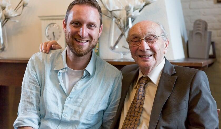 <p>Kleinzoon en opa Zeehandelaar. Foto: Maarten Zeehandelaar</p>
