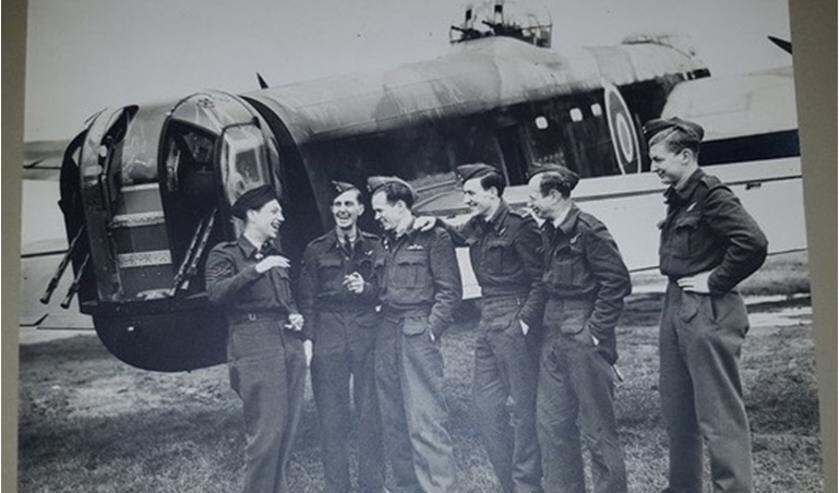 <p>De bemanning van de bij Hackfort neergestorte Lancaster. Foto: PR </p>