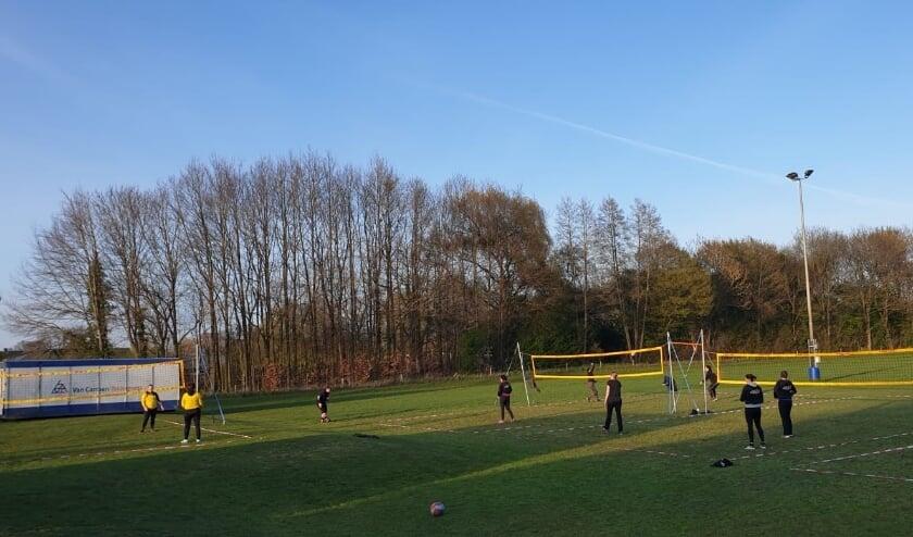 <p>Vier volleybalvelden op de ijsbaan. Foto: PR</p>
