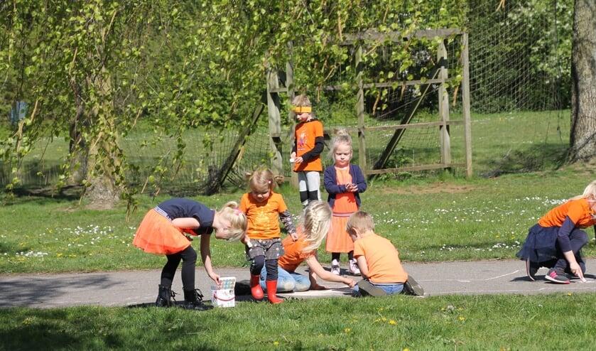 Stoepkrijten in het Wentholtpark.