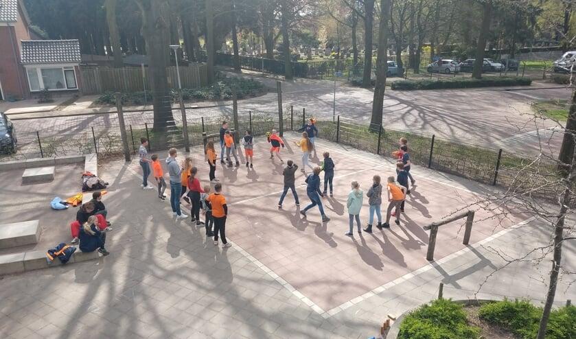 <p>Leerlingen van de Piersonschool tijdens koningsspelen op het plein. Foto: PR</p>