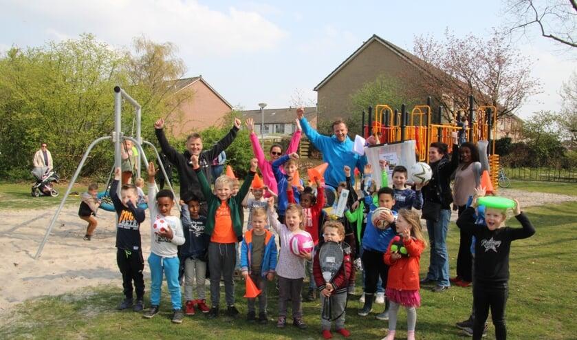 <p>De kinderen uit de buurt zijn heel blij met de spelmaterialen. Foto: Lydia ter Welle</p>