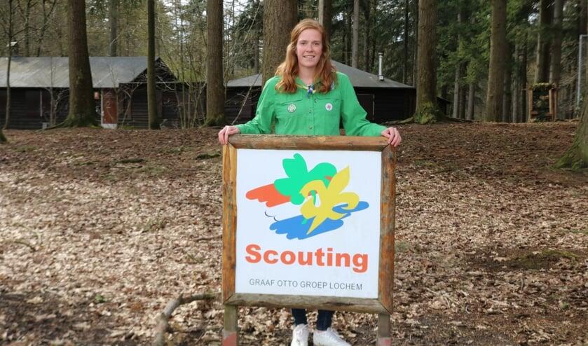 <p>Miek Somhorst voor het gebouw van Scouting Graaf Ottogroep aan de Gageldijk. Foto: Arjen Dieperink</p>