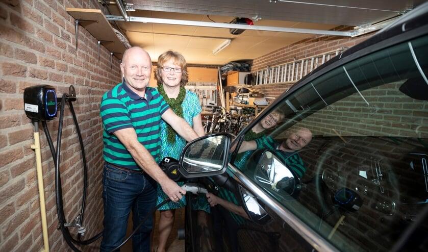 <p>Jan en Anna Hulst laden de elektrische auto op met de stroom van hun zonnepanelen. Een volle accu kost ze circa 1,80 euro. Foto: Patrick van Gemert/Zutphens Persbureau</p>