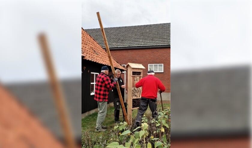 Vrijwilligers plaatsen het eerste hotel bij de Venemansmolen. Foto: PR  Erfgoed Klusbrigade