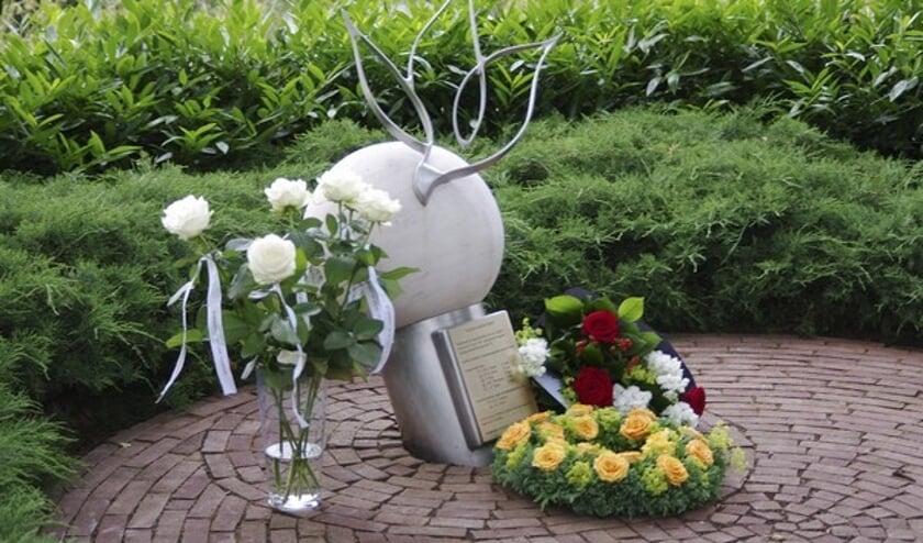 Het monument 'Vliegen voor Vrede', gemaakt door Wim Westerveld, en geplaatst aan de Huisstededijk in IJzerlo. Foto: eigen foto