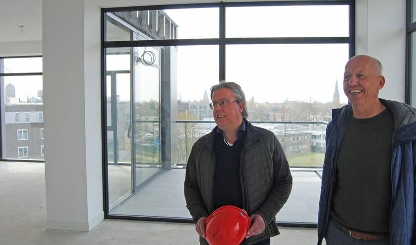 <p>Mark en Hans (r) Horstik in de nieuwe locatie van de Gouden Leeuw Groep, die medio 2021 wordt opgeleverd. Foto: Contact</p>