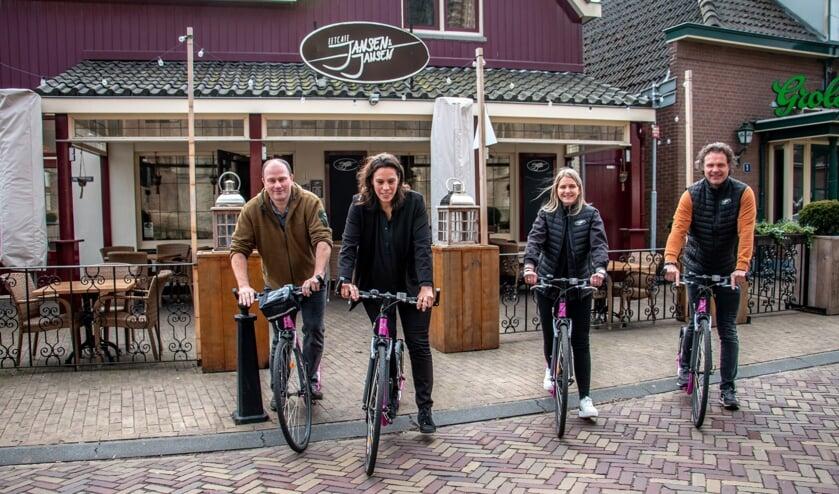 <p>Guido, Samantha, Anniek en Marco reden al de tien kilometerroute in en om Hengelo. Foto: Liesbeth Spaansen</p>