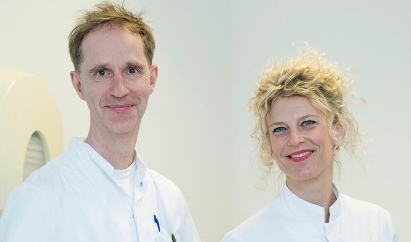 <p>KNO-arts Robbert Ensink en longarts Mariëtte Goezinne van Allergie polikliniek Gelre Zutphen. Bron: Medische Fotografie Gelre ziekenhuizen</p>