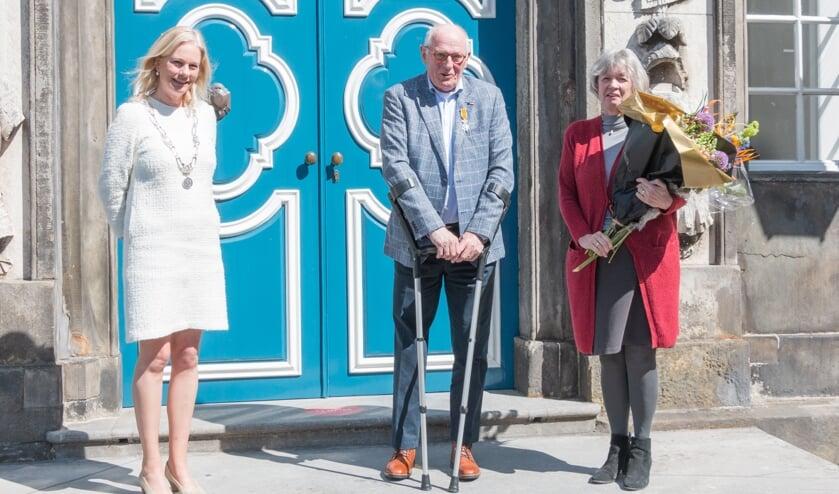 <p>Cor Weerkamp en zijn vrouw met burgemeester Annemieke Vermeulen. Foto: Henk Derksen</p>