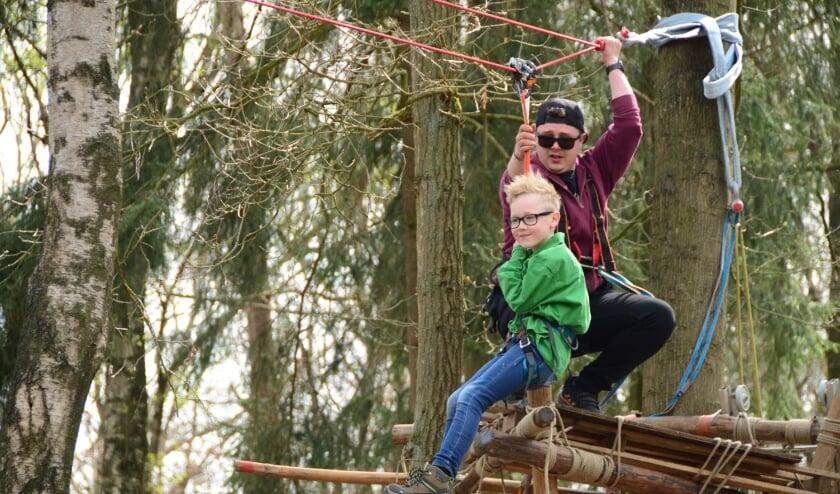 <p>Zoevend van de kabelbaan. Foto: PR/Scouting IJsselgroep Gorssel</p>