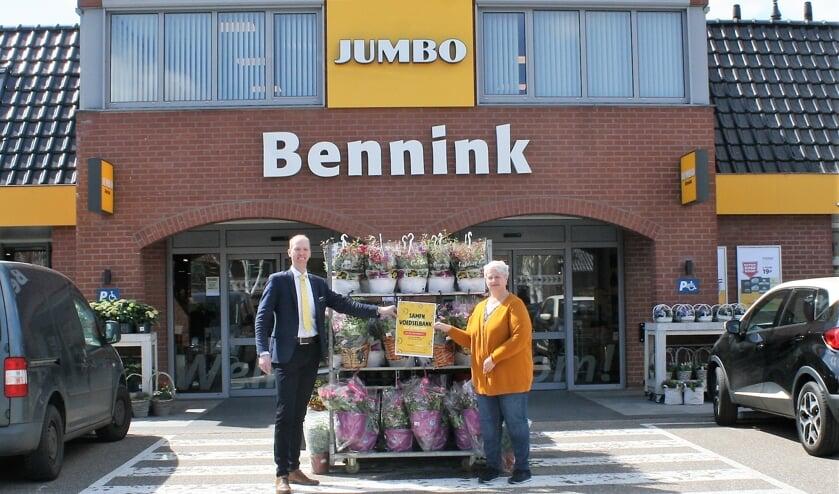 <p>Jerry Wopereis en Manita van den Berg tonen de Voedselbank doneeractie. Foto: Din&egrave;s Quist</p>