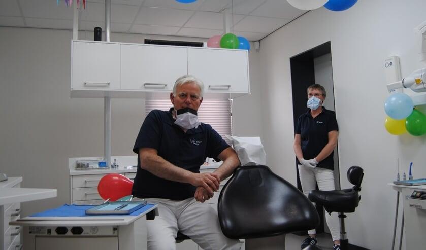 <p>Tandarts Zeilstra op zijn laatste werkdag, in de versierde behandelkamer, met assistente Marjan. Foto: Contact&nbsp;</p>