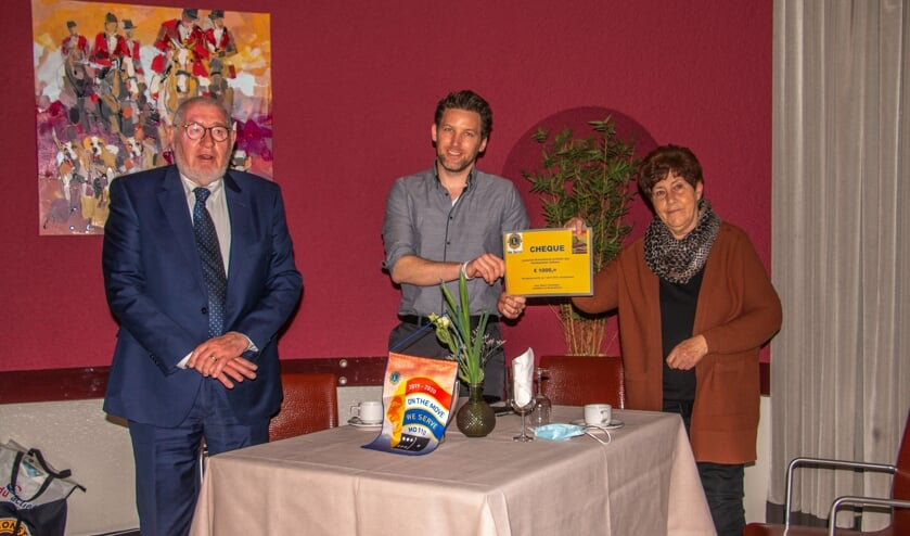 Jaap Flokstra, Maarten Op de Weegh en Annie Peppelman kregen voor het Voedselloket Zelhem een cheque. Foto: Achterhoekfoto.nl/Liesbeth Spaansen