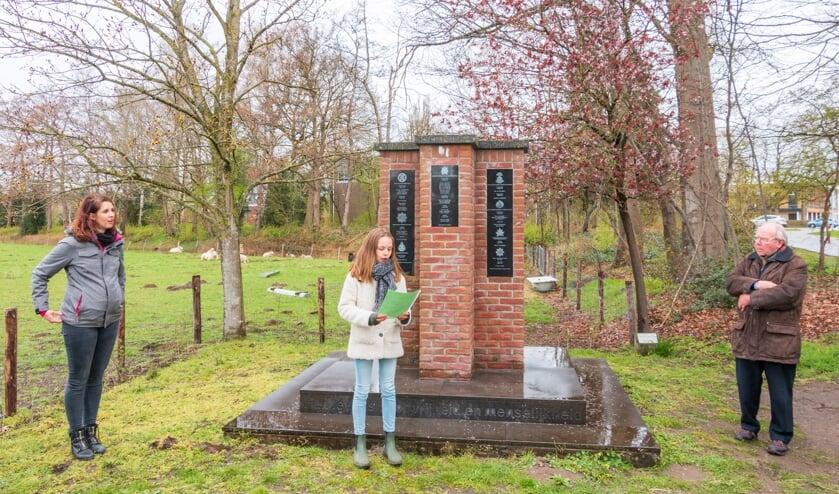 Een van de leerlingen leest haar gedicht voor. Foto's: Henk Derksen