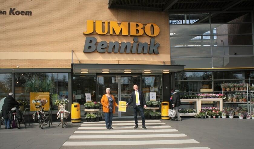 <p>Manita van den Berg en Johan Teunis tonen de Jumbo voedselbank doneeractie. Foto: Dinès Quist</p>