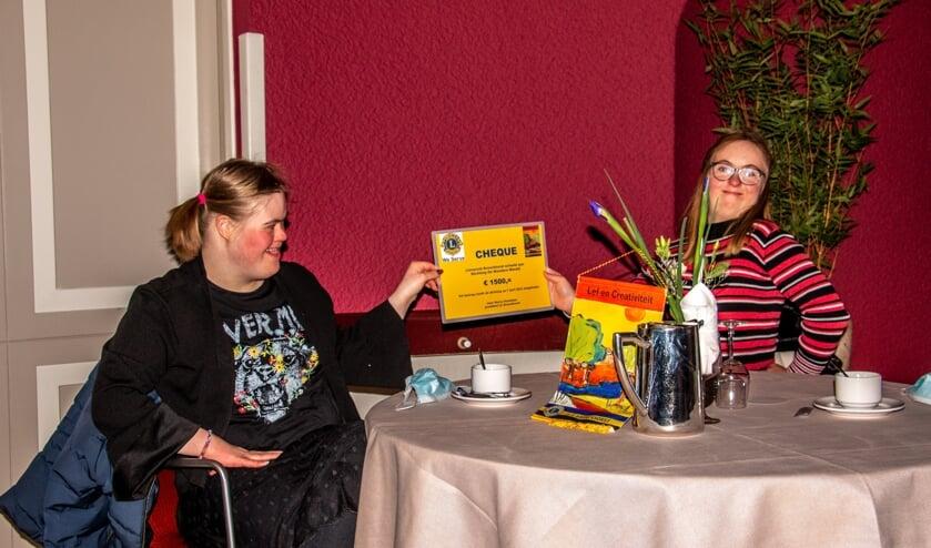 <p>Jitske (l.) en Romee wonen in De Wondere Wereld en zijn onder de indruk van de cheque. Foto: Achterhoekfoto.nl/Liesbeth Spaansen</p>