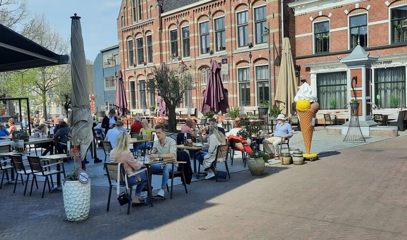<p>Woensdagmiddag een uur of vier, de terrasen op de Markt worden goed bezocht maar gasten hoeven niet in de rij te staan voor een plekje.</p>