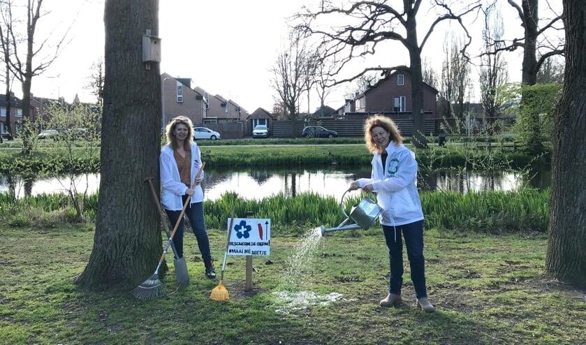 <p>Anja Dales (l.) en Danielle van de Weerd aan de Vincent van Goghstraat in Zelhem tegenover Sporthal de Pol. Een plek waar kinderen veel overlast ondervinden van de processierups. Foto: Marie Bakker</p>