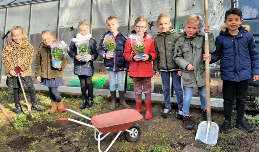 """<p pstyle=""""Body"""">Leerlingen van de Dr. Ari&euml;ns Daltonschool in wijkmoestuin de Berg. Foto: PR</p>"""