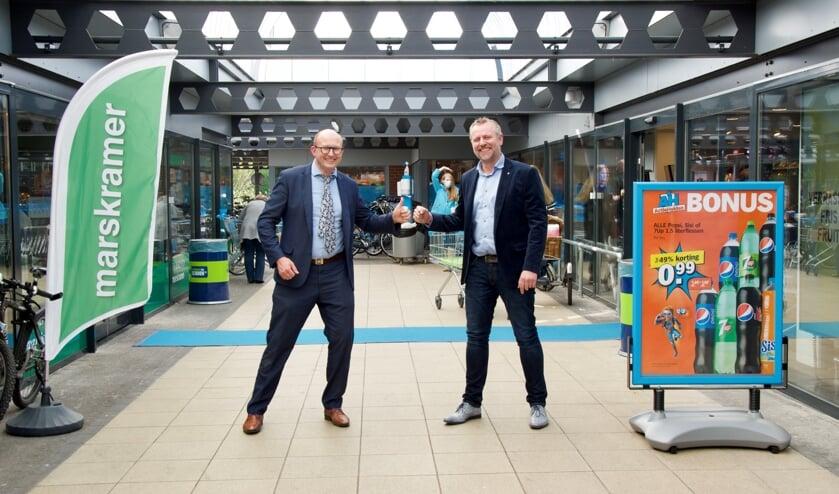 <p>Eigenaar Bernard Oosterink van AH de Brink (links) en Jurjen Lula van de sponsorcommissie van KVZ. Foto: PR</p>