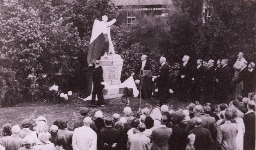 <p>Het zou nog tot 1951 duren voor een monument voor de oorlogsslachtoffers in Hengelo onthuld zou worden. Archief Willy Hermans</p>