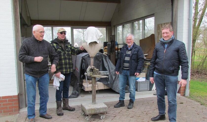 Het comité voor een herinnering aan Willem Sluiter in Neede ziet in de beeldhouwer Anton ter Braak (tweede van links) de aangewezen persoon voor het vervaardigen van een kunstwerk bij zijn geboorteplek. Recent bezocht het drietal (links Mans Koster, rechts Dinant Rohaan en tweede van rechts Arend Heideman) hem in zijn atelier in het Noordijkerveld. Foto: PR