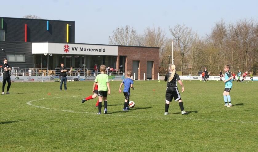 <p>Basisschoolkinderen voetballen in Mari&euml;nvelde tijdens het Mix Voetbaltoernooi van MAZZEL. Foto: Jos Betting</p>