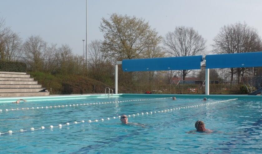<p>&nbsp;Ido Berghuis en Lida van der Valk trokken al keuvelend in de banen &eacute;&eacute;n en twee voor de langzame zwemmers hun baantjes. Foto: Jan Hendriksen</p>