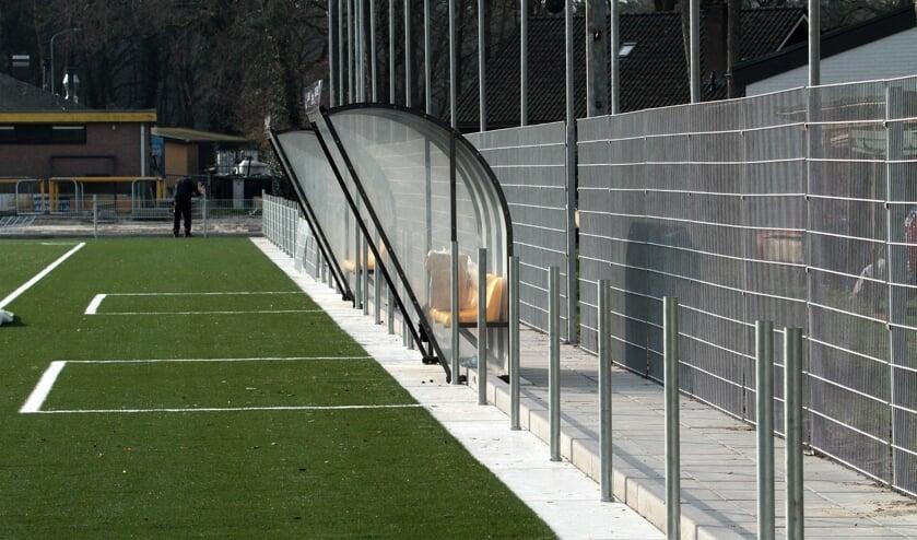 <p>Het gaat nog steeds zeer voorspoedig met de aanleg van het kunstgrasveld op sportpark &lsquo;t Grote Veld van voetbalvereniging Vorden. Zo werd vorige week het hele &lsquo;leunhekwerk&rsquo; rondom het aangelegde kunstgrasveld en veld 2 geplaatst. Foto: Johan Bolink </p>
