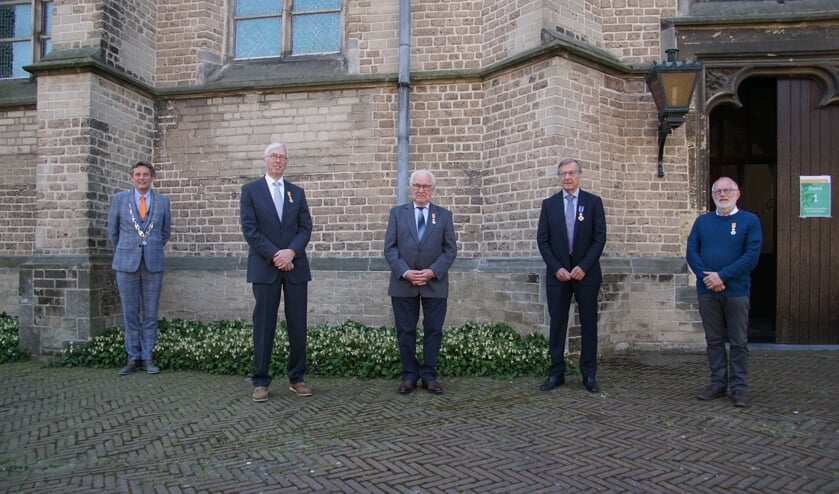 Van links af burgemeester Anton Stapelkamp en de gedecoreerden Ton de Vries, Harrie van der Sligte, Hans Beele en Jan Oberink. Foto: Frank Vinkenvleugel