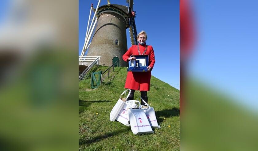 <p>Burgemeester Marianne Besselink gaat op lintjesdag &#39;de boer op&#39; met lintjes om elf vrijwilligers koninklijk te onderscheiden. Foto: Gemeente Bronckhorst&nbsp;</p>
