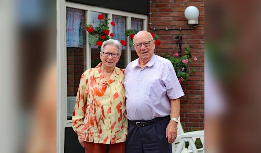 Riek en Lammert Hartgers-Abbink in de achtertuin van hun woning in Loenen. Foto: Sander Grootendorst