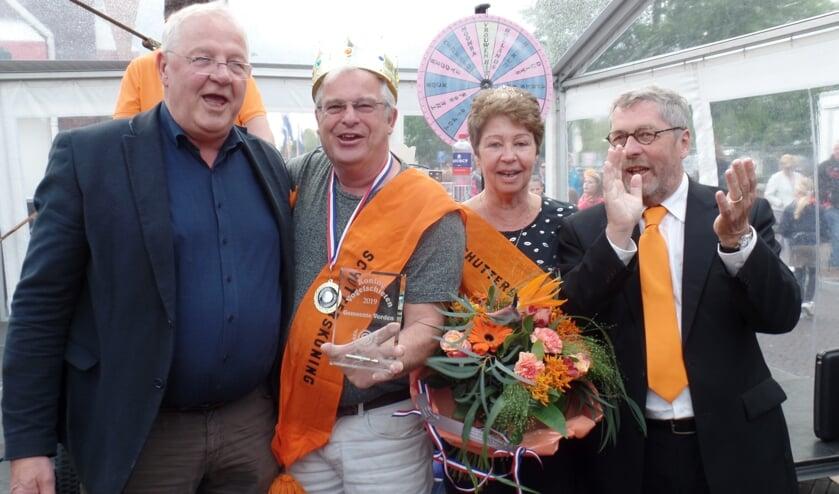 <p>Het Vordense Koningspaar met links voorzitter Jan Aandewiel van de Schietcommissie en rechts voorzitter Frank van Setten van Oranjevereniging Vorden. Foto archief: Jan Hendriksen</p>
