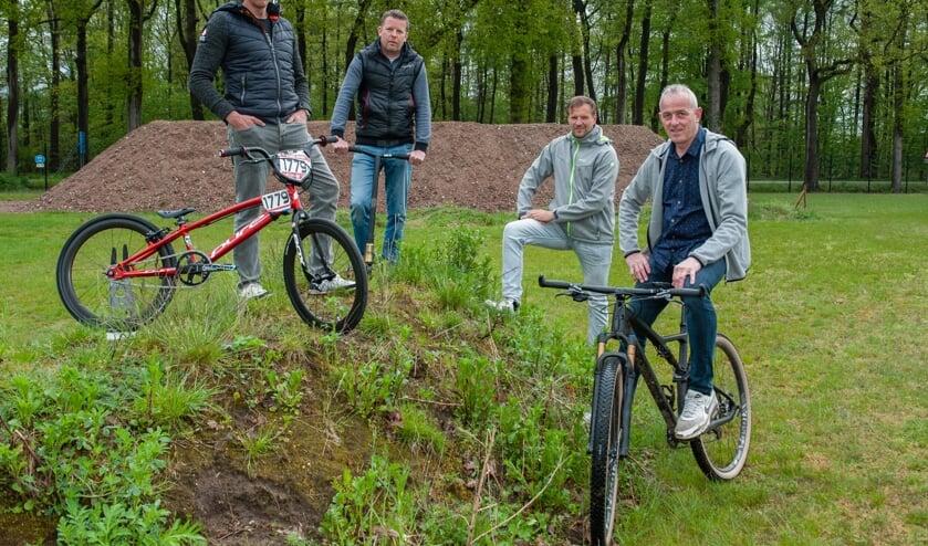 <p>De initiatiefnemers van de pumptrackbaan, van links Wilco Schigt, Wilber Kappert, Michiel Stronks en John Theissen. Foto: Ronny Elschot</p>