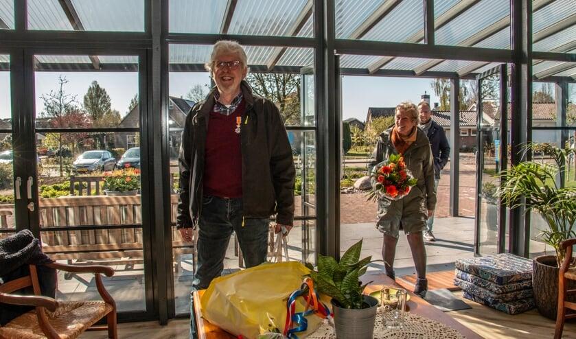 Rieks Eggens, Martje en Jan-Eize komen De Kei binnen. Rieks is blij verrast met alle belangstelling. Foto: Liesbeth Spaansen