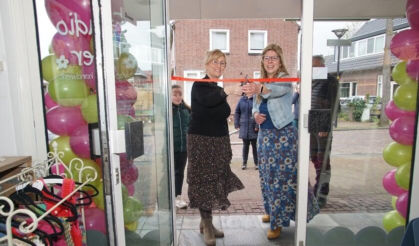 Gerrie en Maureen knippen Studio weer open. Foto: Frank Vinkenvleugel