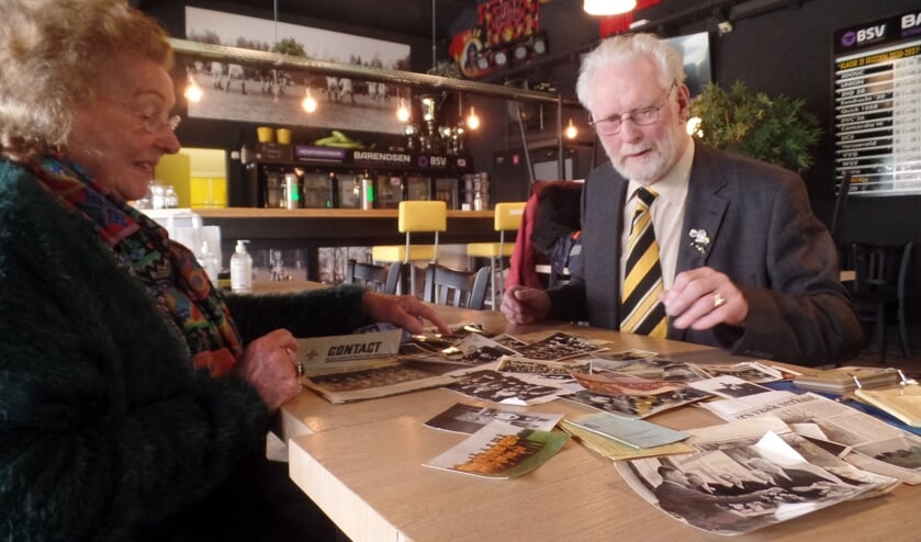 <p>Jan Lindenschot &#39;snuffelt&#39; samen met Dinie Velhorst tussen alle foto&#39;s en krantenartikelen die hij heeft bewaard uit zijn actieve voetbalperiode bij VV Vorden. Foto: Jan Hendriksen </p>