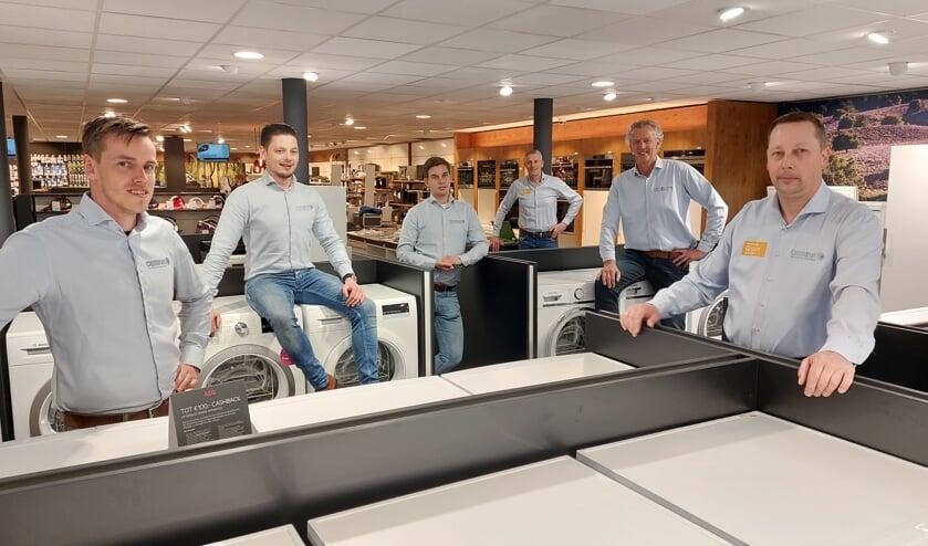 Vlnr: Jesse Wiggers, Marco Wiegerinck, Matthijs Bollen, Jan Witteveen, Nico Brethouwer en Richard van de Vlekkert voor de witgoedafdeling van Obbink. Foto: Han van de Laar