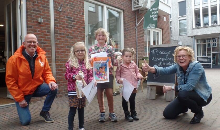 <p>Uit handen van Ineke Nijen Es en Dick Marsman van Oranjevereniging Ruurlo kregen de winnaars van de kleurwedstrijd hun prijs. Foto: Jan Hendriksen &nbsp;</p>