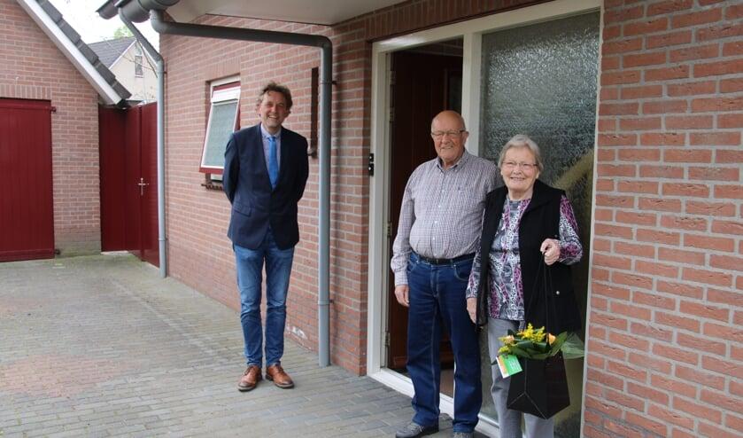 Het diamanten paar Van der Zwaag kreeg bezoek van burgemeester Anton Stapelkamp, met bloemen en felicitaties. Foto: Lydia ter Welle