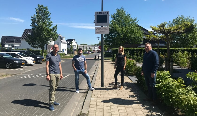 <p>V.l.n.r.: Wethouder Harry Matser en ambassadeurs Axel Wiersma, Svenja Winter en Jos Kasteel. Joep van de Bijgaart ontbreekt op de foto. Foto: gemeente Zutphen</p>