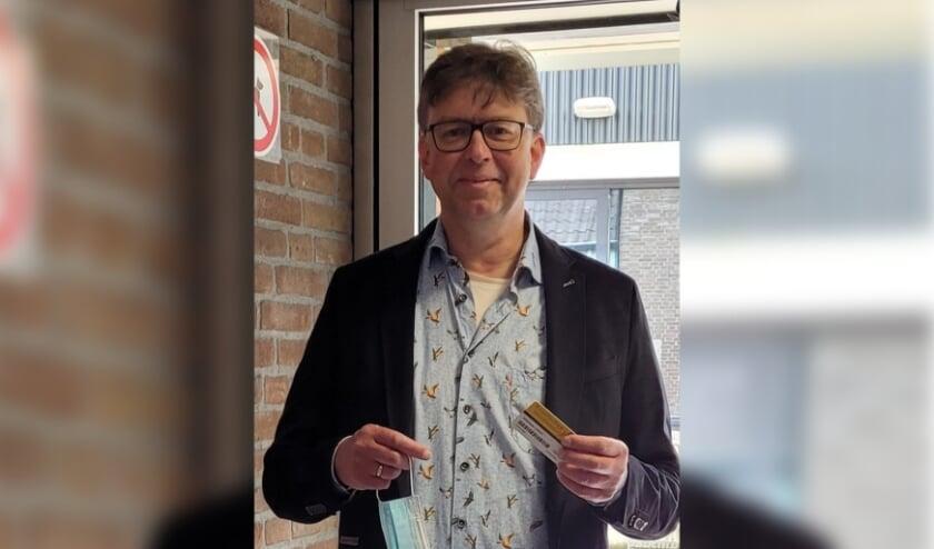 <p>Na ruim vijf maanden sluiting opende wethouder Henk van Zeijts de bibliotheek in Lochem. Goed voorbereid met biebpas en mondkapje was hij de eerste klant. Foto: PR</p>