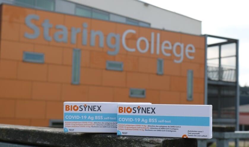 <p>Twee doosjes kregen de leerlingen mee voor de corona-zelftest. Foto: Arjen Dieperink</p>