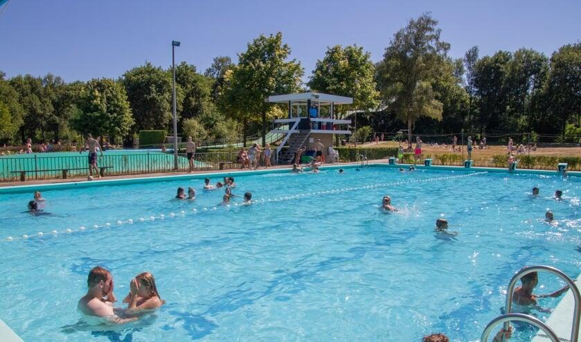<p>Hopelijk vinden de zwemliefhebbers nu het weer beter is weer de weg naar zwembad De Meene. Foto: PR.&nbsp;</p>
